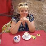 Albina è una ragazza di 49 anni